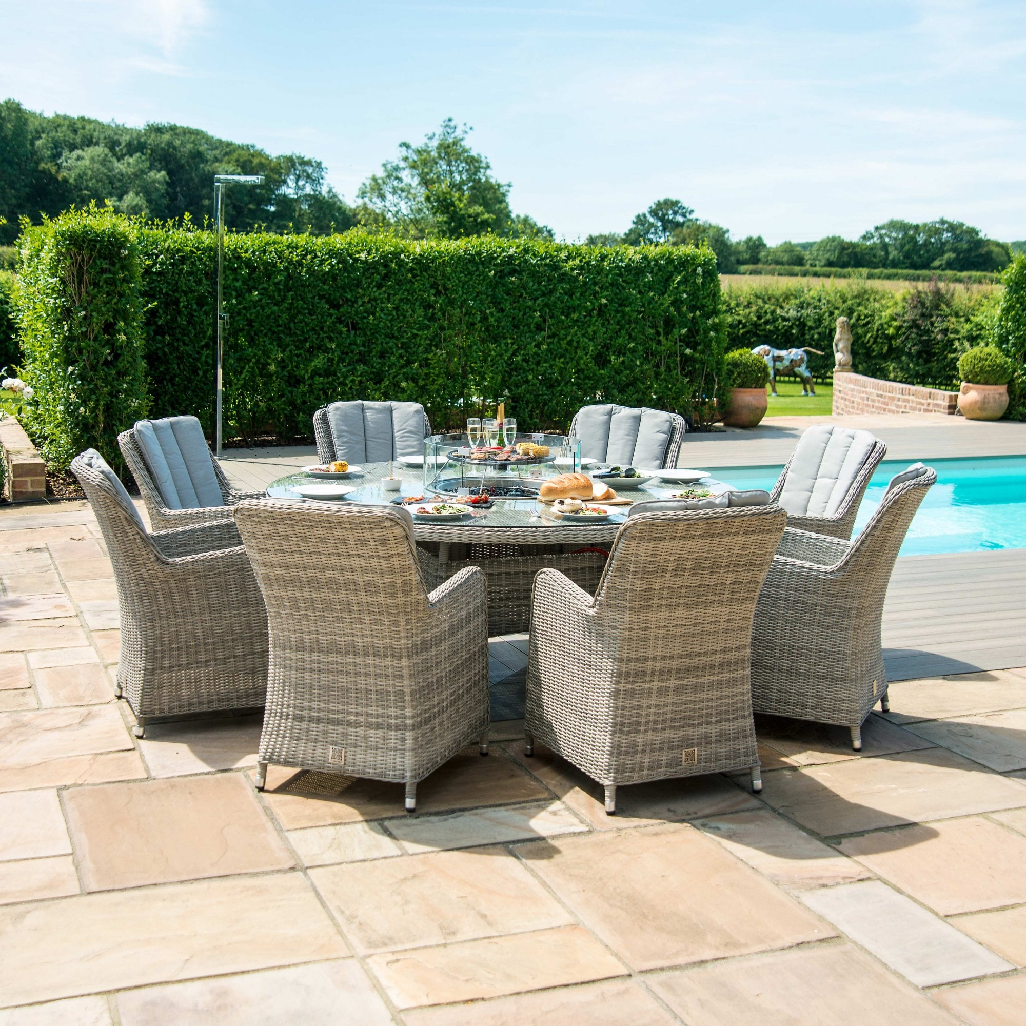 Picture of: Oxford Venice 8 Seat Round Fire Pit Dining Set With Lazy Susan Outdoor Living From Breeze Furniture Uk